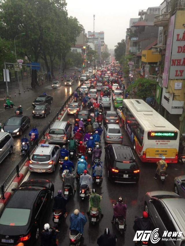 Mưa lớn khiến giao thông trên phố Tây Sơn - Nguyễn Lương Bằng ùn tắc kéo dài.