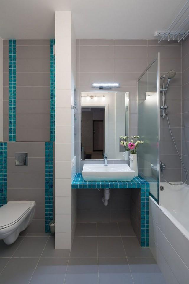 Vẫn với màu xanh ngọc lam điểm xuyến, không gian phòng tắm trở nên đẹp và tươi mát.
