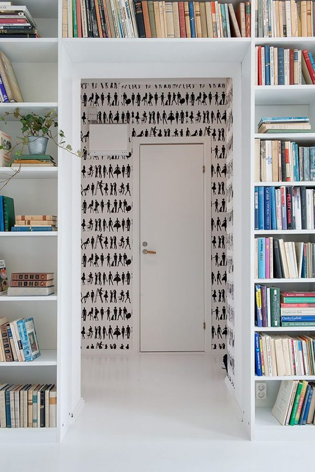 Với hệ kệ sách lớn cao sát trần hẳn chủ ngôi nhà này là người rất yêu sách.