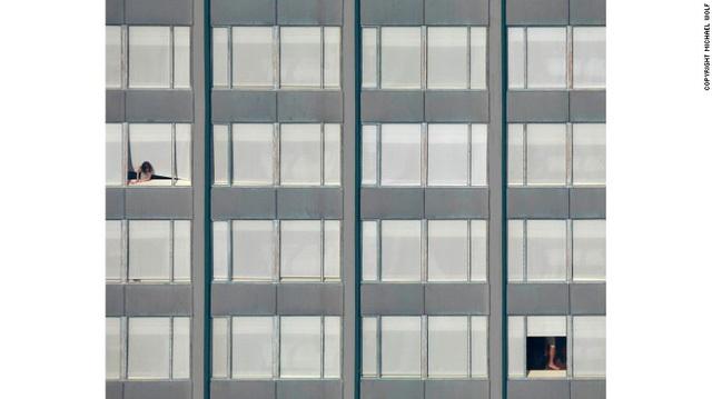 Khi chụp cận cảnh, khó để nhận ra đây là những khung cửa sổ buông rèm ở một tòa nhà chung cư