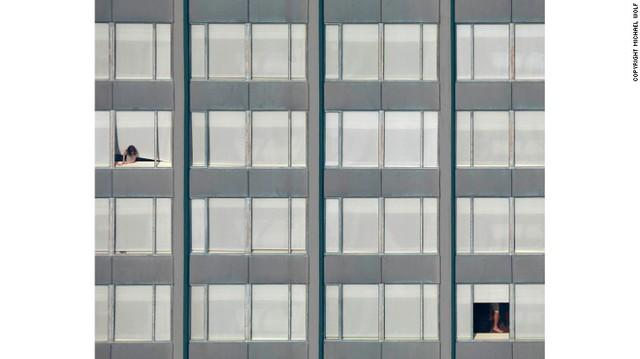 Khi chụp cận cảnh, khó để nhận ra đây là những khung cửa sổ buông rèm ở một tòa nhà chung cư.