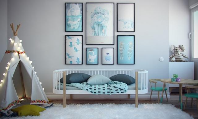 Chiếc giường ngủ lạ mắt, bên trên là những bức tranh với hình thù các con vật ngộ nghĩnh.
