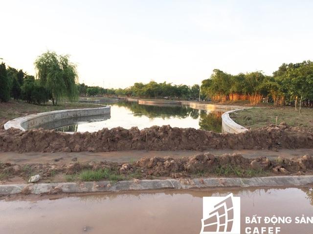 Được biết, trong giai đoạn bất động sản phía Tây Hà Nội sốt nóng, đất liền kề tại đây được giới đầu tư chào bán với giá lên đến 35 – 40 triệu đồng/m2.