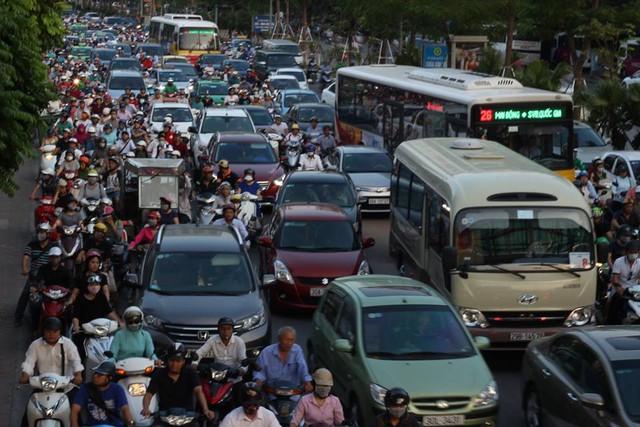 Hà Nội: Tắc khắp ngả, đông nghẹt bến xe trước nghỉ lễ - Ảnh 15.