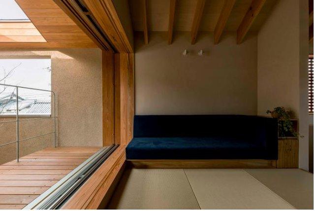 Góc tiếp khách vô cùng đơn giản chỉ với một chiếc sofa dài kê sát tường.