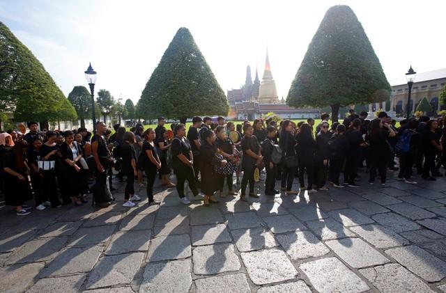 Cách đây một năm, đất nước Thái Lan chìm trong màu đen tiếc thương Quốc vương Bhumibol.