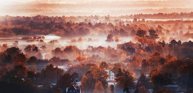 Thành phố Mát Cơ Va lãng đãng trời đầy sương khói, chen sắc lá vàng đỏ ngày thu.