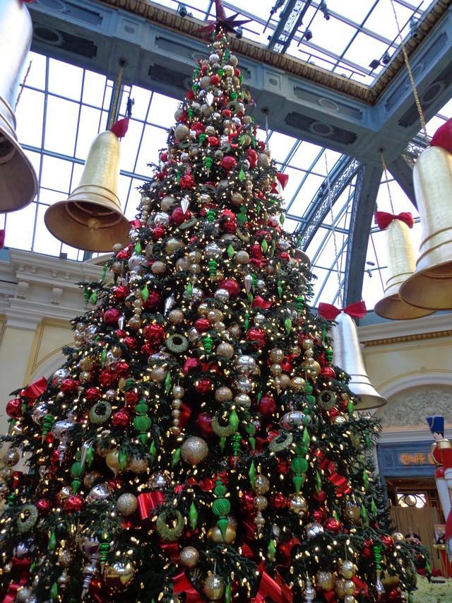 Cây thông Noel khổng lồ tại thành phố Las Vegas, kinh đô ăn chơi của thế giới.