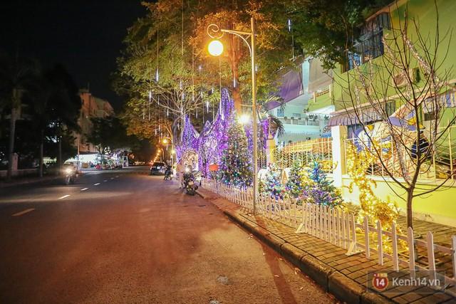 Vỉa hè rực rỡ ánh sáng đa sắc màu với các tiểu cảnh chú tuần lộc, cây thông Noel,...