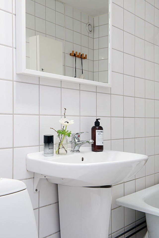 Vẫn với tông màu trắng chủ đạo, khu vệ sinh tuy không lớn nhưng được bày trí khoa học và tiện nghi.