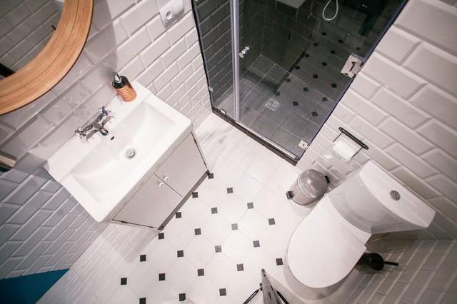 Khác biệt hoàn toàn với không gian bên ngoài, khu vực nhà tắm lại là sự kết hợp hài hòa của hai tông màu đen trắng tạo không gian sang trọng và sạch sẽ.