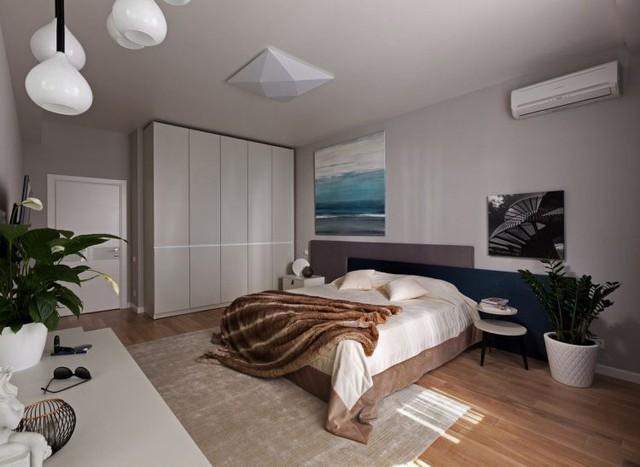 Phòng ngủ lớn giành cho bố mẹ với toàn bộ sàn nhà được lát gỗ.