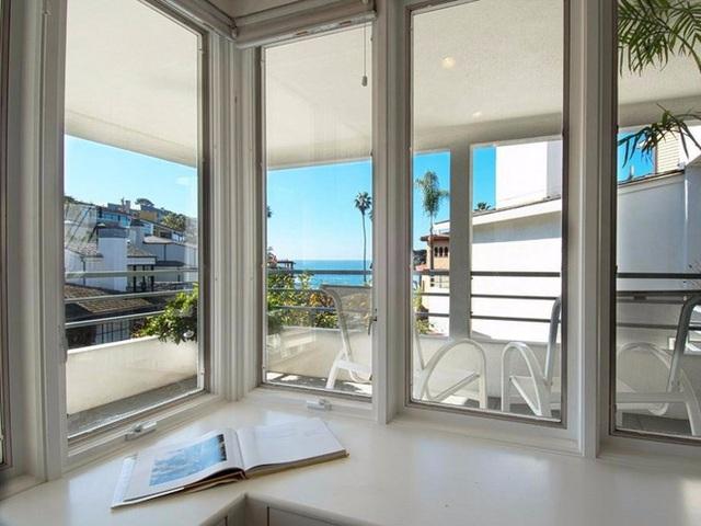 Ngôi nhà được thiết kế với rất nhiều cửa sổ lớn giúp tầm nhìn trong nhà trở nên thoáng rộng.