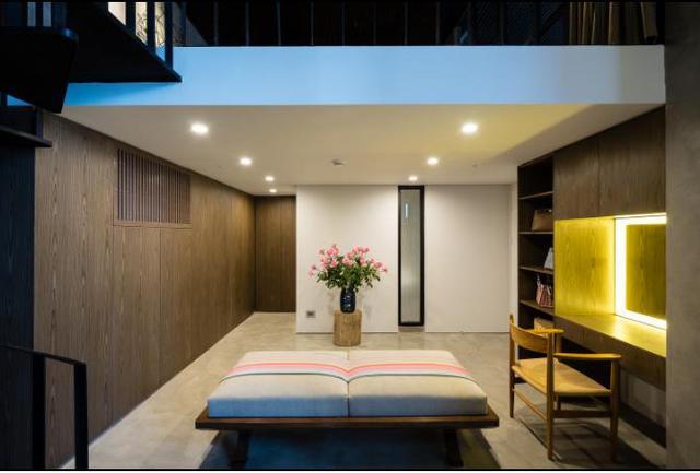 Một căn phòng được bài trí đơn giản.