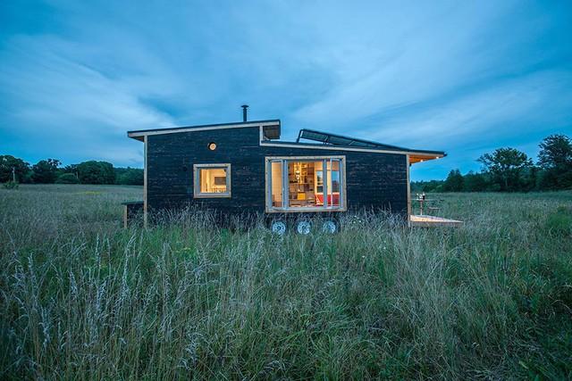 Ngôi nhà tuyệt đẹp với ánh điện giữa đồng cỏ bao la.