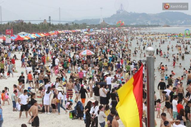 Lượng người đổ ra bãi biển lúc xế chiều ngày một đông đúc. Ảnh: Định Nguyễn