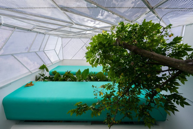 Mặt tiền được thiết kế với hệ thống lưới thép bao quanh giúp nắng và gió có thể xuyên qua dễ dàng.
