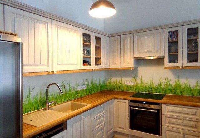 Thảm cỏ xanh mướt làm mát cả không gian bếp ăn.