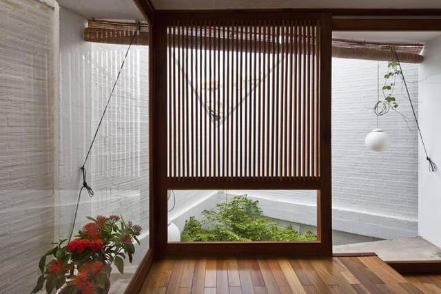 Tấm mành tre nơi góc phòng ngủ giúp cản bớt ánh sáng cho giấc ngủ thêm sâu.