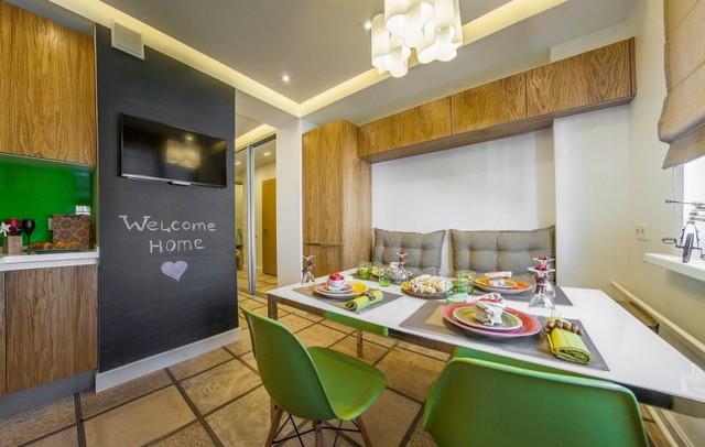 Phòng ăn và bếp chiếm một khoảng không gian không quá lớn nhưng vô cùng thoáng sáng và tràn ngập màu sắc.