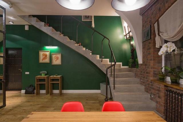 Cầu thang nhỏ dẫn lên tầng 2.