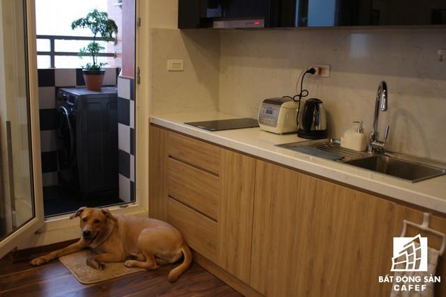 Phần lô gia cạnh bếp được chủ nhà chọn làm chỗ đặt máy giặt và phơi đồ thuận tiện.