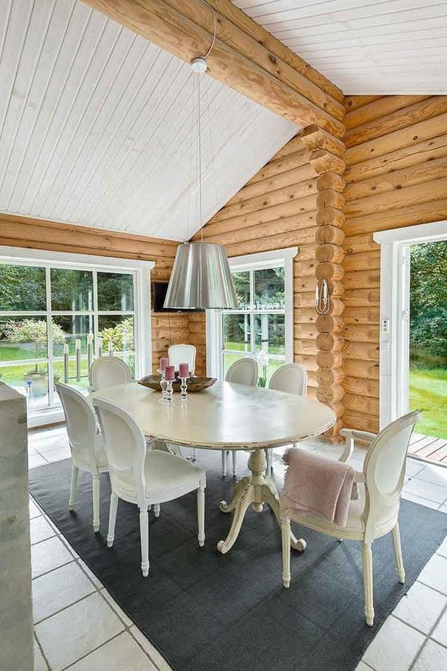 Góc ăn uống cũng được lựa chọn một nơi thật nhiều cửa sổ để chủ nhà có thể vừa thưởng thức món ăn vừa được ngắm cảnh bên ngoài.