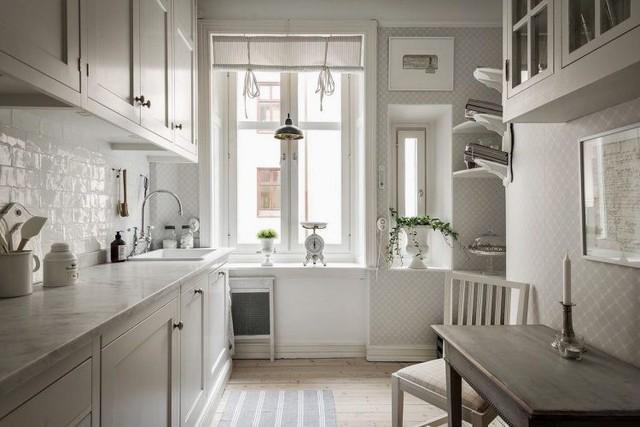 Gian bếp nhỏ được thiết kế tuyệt đẹp với điểm nhấn là những chậu cây xanh mát mắt.