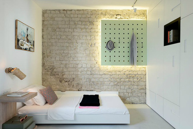 Thay vào đó, góc nhỏ này chỉ sử dụng tông màu nhẹ nhàng, xanh mát cùng cảm giác mộc mạc với bức tường gạch thô.