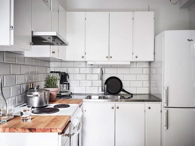 Góc bếp với những trang thiết bị đơn giản giúp phòng bếp đầy đủ tiện nghi mà vẫn không có cảm giác nặng nề.