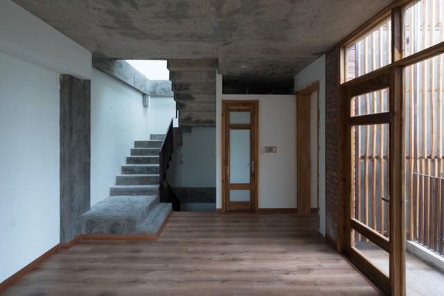 Cầu thang nhỏ dẫn lên tầng 3 ngôi nhà.