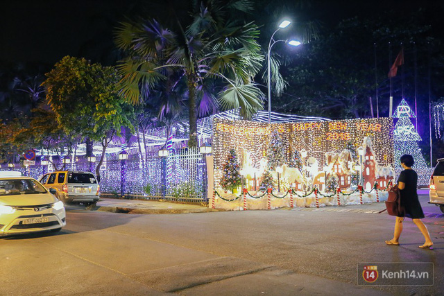 Không khí Noel tại khu nhà giàu phường Thảo Điền, trước khu biệt thự cao cấp An Phú cũng đã tráng trí Noel rực rỡ.
