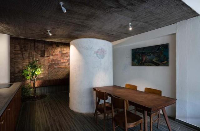 Nội thất của ngôi nhà đơn giản nhưng lại vô cùng thân thiện và ấm cúng. Một bức tường được xếp bằng ngói vô cùng ấn tượng.