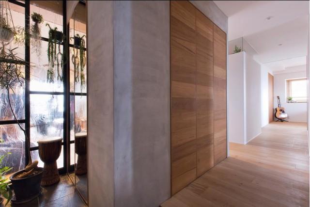 Toàn bộ sàn nhà được ốp gỗ tự nhiên giúp đem lại không gian ấm cúng cho căn hộ.
