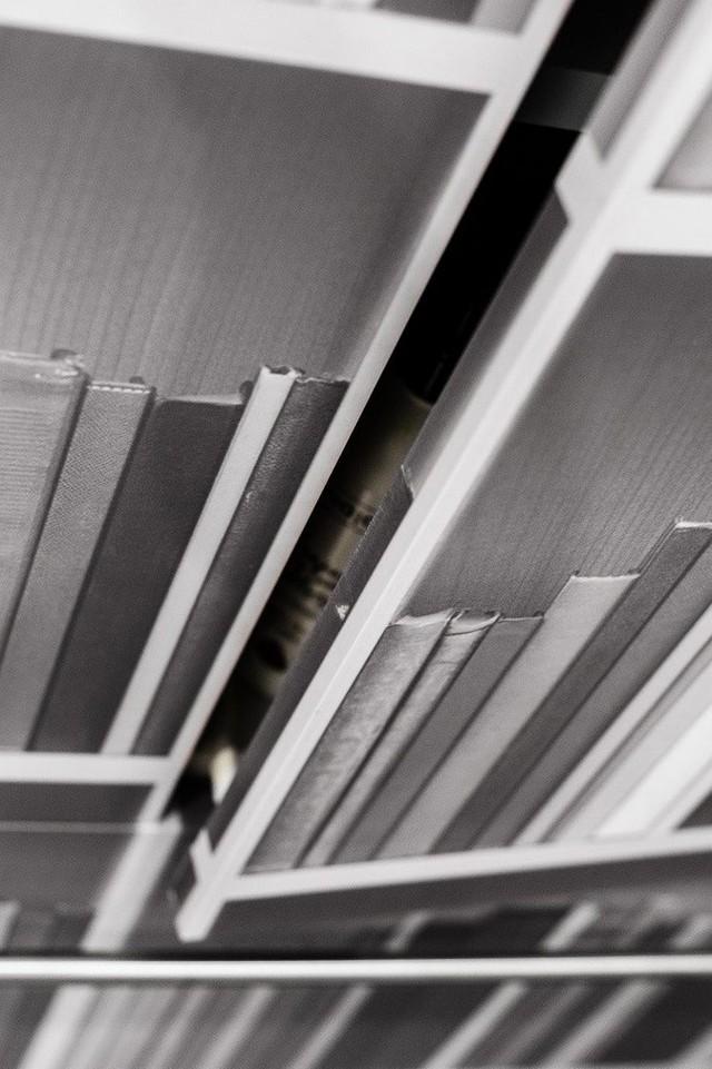 Nơi đây còn có cả một tủ sách lớn.