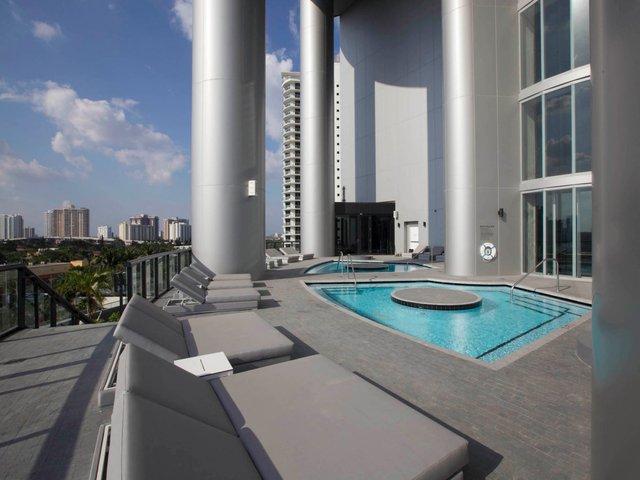 Bể bơi tuyệt đẹp trên sân thượng.