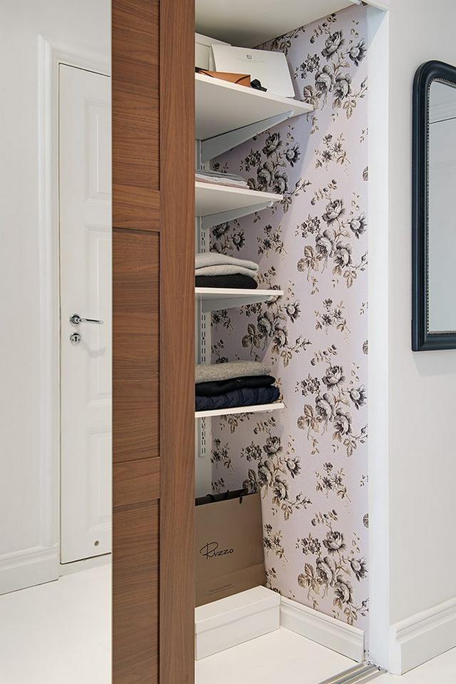 Góc để đồ và tủ quần áo được thiết kế thuận tiện với rất nhiều ngăn và cửa trượt.
