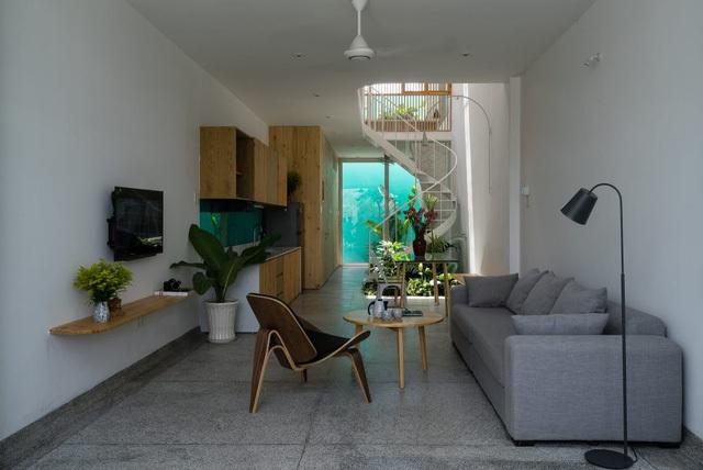 Phòng khách và bếp tầng 1 thiết kế chung một không gian mở.