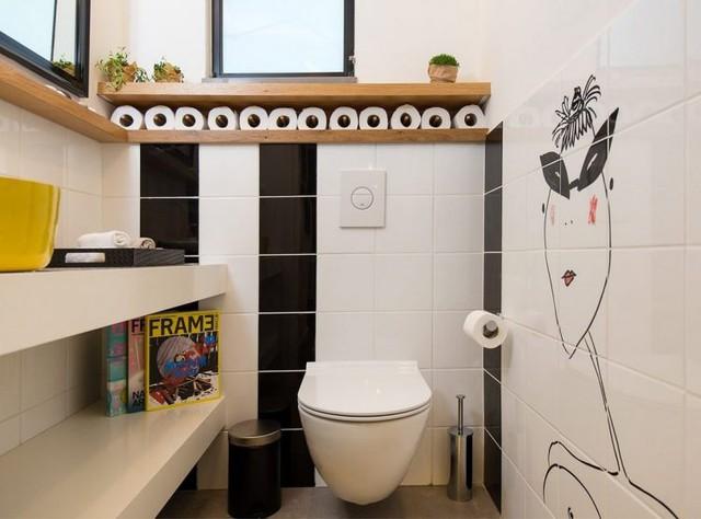 Khu vệ sinh thoáng sáng với bức hình trang trí vô cùng ngội nghĩnh.