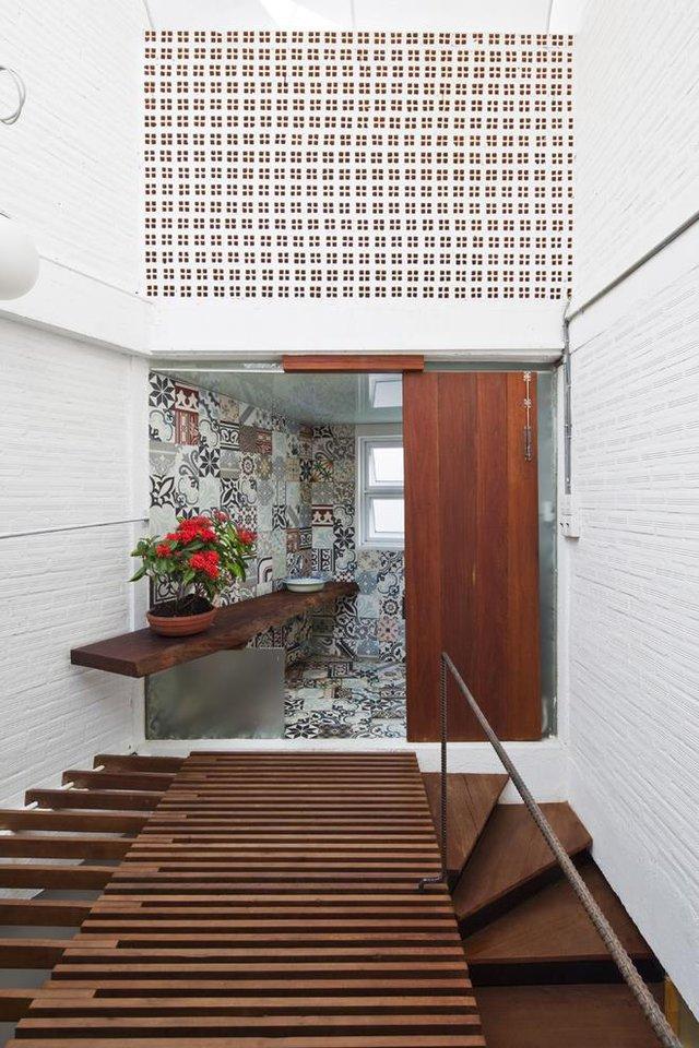 Khu vệ sinh trên tầng tuy nhỏ nhưng thoáng sáng.