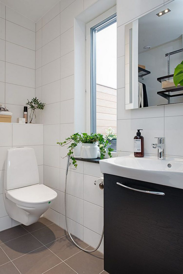 Phòng tắm tuy nhỏ nhưng thoáng sáng và đẹp với cây xanh.