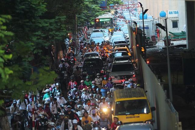 Hà Nội: Tắc khắp ngả, đông nghẹt bến xe trước nghỉ lễ - Ảnh 17.