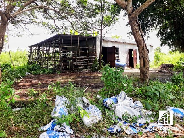Những chuồng bò được tận dụng từ một số căn nhà bỏ hoang.