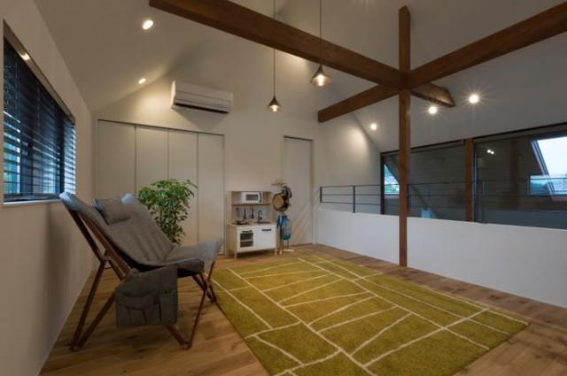 Tầng 2 là không gian nghỉ ngơi và khu vực thư giãn của chủ nhà. Nơi đây cả trước và sau đều có cửa kính rộng giúp khu vực nghỉ ngơi luôn thoáng sáng.