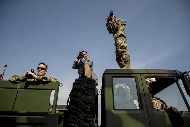 Quân nhân Mỹ chụp ảnh ông Donald Trump khi ông tới căn cứ Humphreys ở Pyeongtaek, Hàn Quốc vào ngày 7/11.