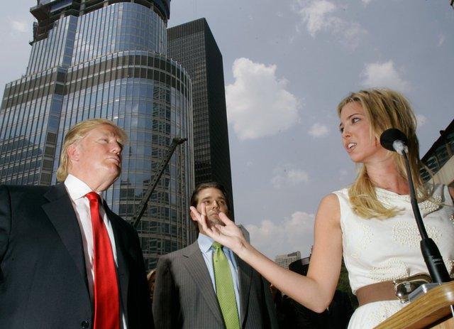 Donald Trump lắng nghe bài phát biểu của con gái Ivanka về Trump International Hotel & Tower trong buổi họp báo về tiến độ công trình tại Chicago vào 24/5/2008. Ảnh: AP.