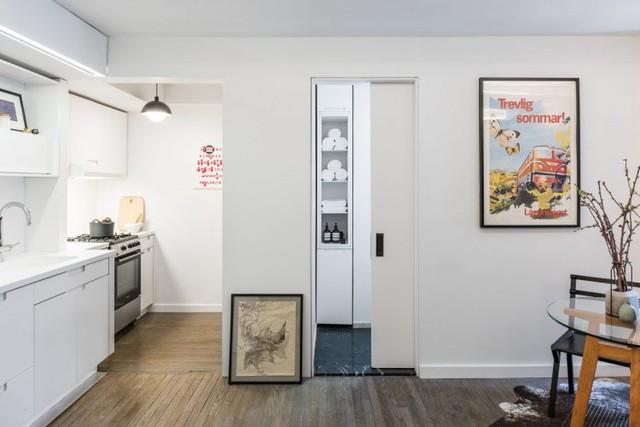 Bàn ăn nhỏ được chủ nhà dành riêng một khoảng đẹp nhất cạnh cửa sổ của căn hộ.