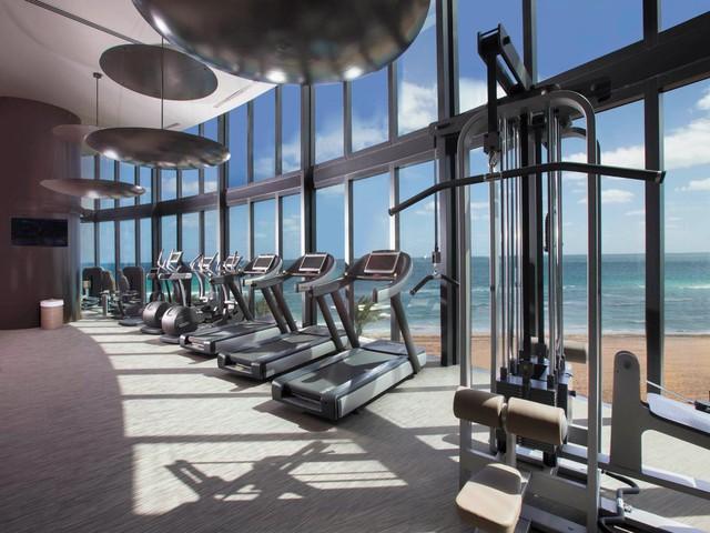 Phòng tập thể thao với tầm nhìn ra biển tuyệt đẹp.