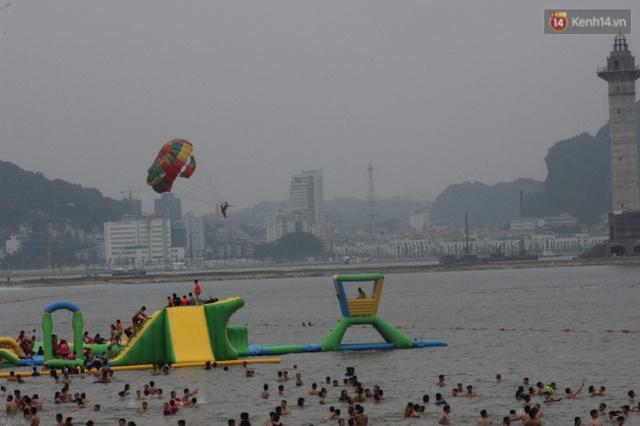 Những cầu phao được dựng trên biển phục vụ nhu cầu vui chơi của người dân và du khách. Ảnh: Định Nguyễn