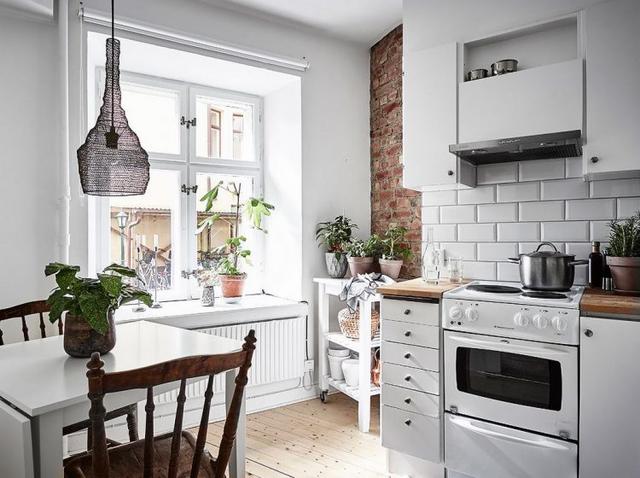 Cũng như phòng khách, căn bếp được bố trí ở cửa sổ đầy nắng cho cảm giác ấm áp và sáng sủa.